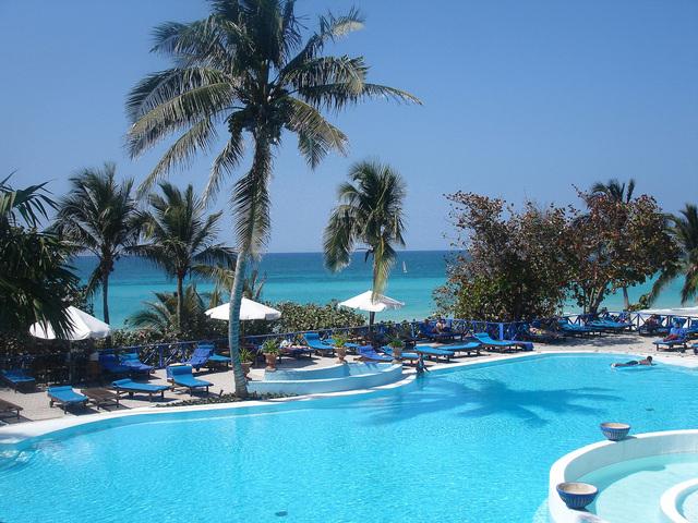 hotelový komplex s bazénom pri mori
