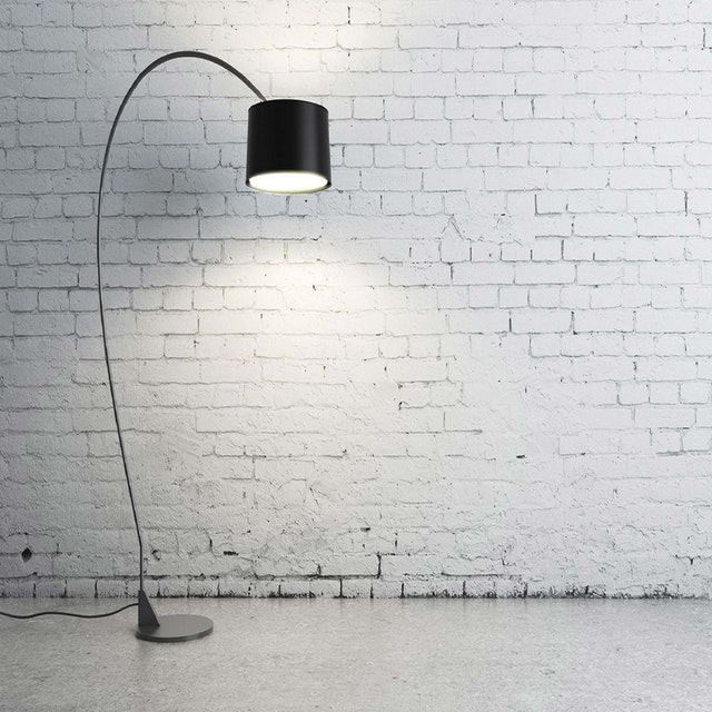 lampa pri bielej stene.jpg