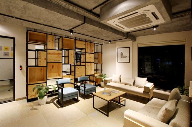 Interiér, bývanie, gauč, stoličky, stolík