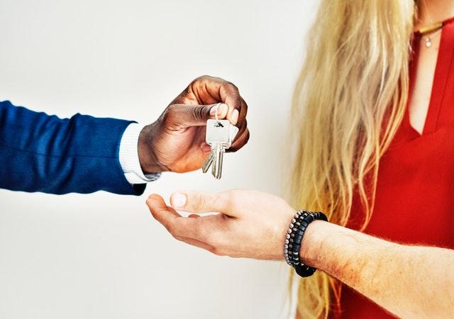 podávať kľúč do ruky, nové bývanie