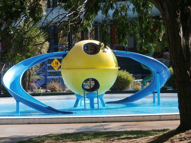 tobogán u bazénu
