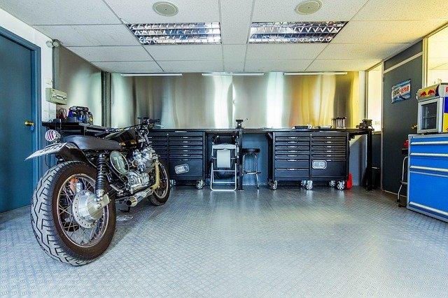 Motorka v upratanej garáži.jpg