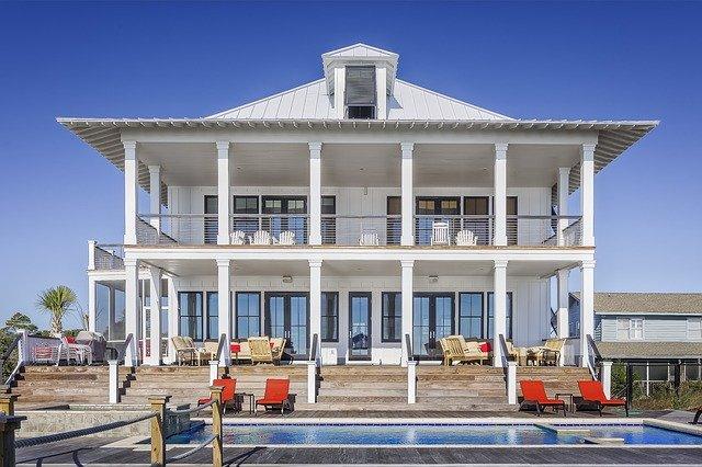 Rodinný dom s balkónom a schodiskom